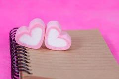 Sucreries de coeur avec la note de livre, papier de message Photographie stock libre de droits