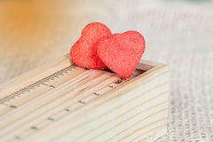 Sucreries de coeur enduites de la séance de sucre Images stock