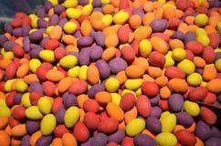 Sucreries de fruit dans le glazé de couleur photos stock