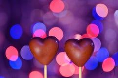 Sucreries en forme de coeur de chocolat sur des bâtons Images libres de droits