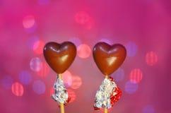 Sucreries en forme de coeur de chocolat sur des bâtons Image libre de droits