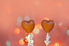 Sucreries en forme de coeur de chocolat sur des bâtons Photos libres de droits