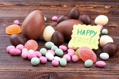 Sucreries et carte de Pâques heureuse Photographie stock libre de droits