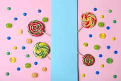 Sucreries et carte savoureuses différentes avec l'espace pour le texte sur le fond de couleur photographie stock