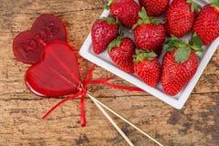 Sucreries et fraises en forme de coeur Photos stock