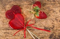 Sucreries et fraises en forme de coeur Images stock