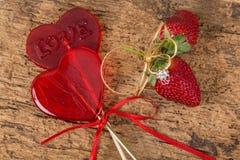 Sucreries et fraises en forme de coeur avec la bague à diamant Photographie stock libre de droits