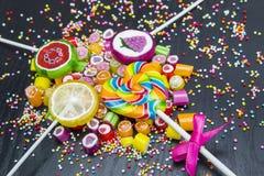 Sucreries et lucettes assorties colorées Images stock