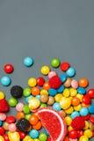 Sucreries et lucettes colorées Vue supérieure avec l'espace de copie Image stock