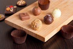 Sucreries faites main de chocolat sur une table de cuisine Image stock