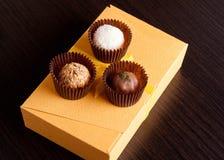 Sucreries faites main de chocolat sur une table noire Boîte à chocolat Images stock