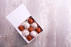 Sucreries faites maison de truffe et de fruit dans une boîte Photos stock