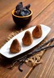 Sucreries faites maison de Vegan avec des pruneaux et écrous dans la poudre de cacao Photos stock