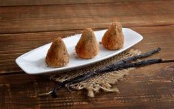 Sucreries faites maison de Vegan avec des pruneaux et écrous dans la poudre de cacao Photographie stock