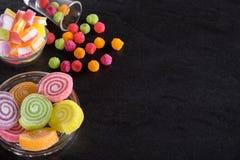 Sucreries, gelée et confiture d'oranges et bonbons mous colorés autour d'un ce Photos libres de droits