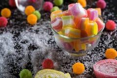 Sucreries, gelée et confiture d'oranges et bonbons mous colorés autour d'un ce Image stock
