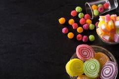 Sucreries, gelée et confiture d'oranges et bonbons mous colorés autour d'un ce Photo libre de droits