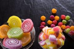 Sucreries, gelée et confiture d'oranges et bonbons mous colorés autour d'un ce Photographie stock libre de droits