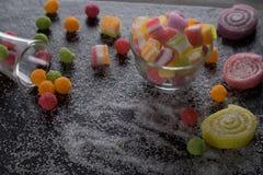 Sucreries, gelée et confiture d'oranges et bonbons mous colorés autour d'un ce Photos stock
