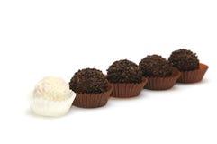 Sucreries noires et blanches sur un blanc Photo stock