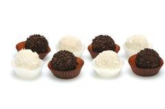 Sucreries noires et blanches sur un blanc Photographie stock libre de droits