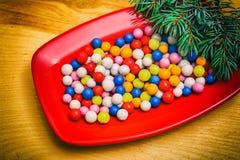 Sucreries rondes colorées de Noël d'un plat Image libre de droits