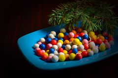 Sucreries rondes colorées de Noël d'un plat Photographie stock