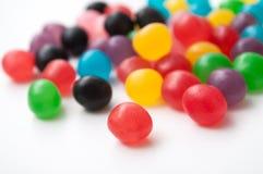 Sucreries rondes colorées sur le fond blanc Image stock
