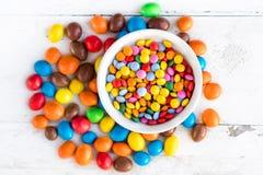 Sucreries rondes colorées sur le fond blanc avec l'espace de copie Dif Photographie stock