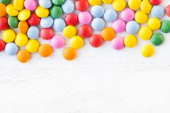 Sucreries rondes colorées sur le fond en bois rustique blanc avec c Photo stock