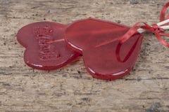 Sucreries rouges en forme de coeur sur le fond en bois Photographie stock libre de droits