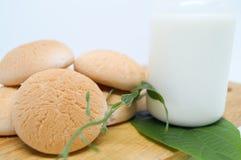 Sucreries thaïlandaises avec du lait sur le plat en bois Photos libres de droits