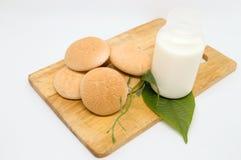 Sucreries thaïlandaises avec du lait sur le plat en bois pour le petit déjeuner ou le breaktime Images libres de droits
