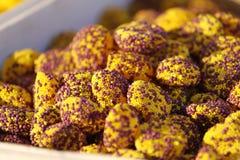 Sucreries Variété de sucrerie sur un marché Divers des sucreries de sucre colorées Foyer sélectif image stock