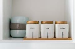 Sucrez le bol de thé et de café dans l'étagère d'office Images libres de droits