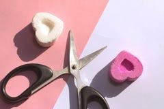 Sucrez les bonbons sur différents côtés et ciseaux, comme symbole de la séparation des amants Photo stock