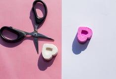 Sucrez les bonbons sur différents côtés et ciseaux, comme symbole de la séparation des amants Photo libre de droits