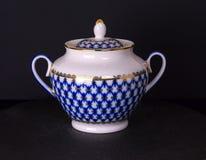 Sucrier russe de porcelaine de vintage, fond noir, sucrier russe de style, fabriqué à la main Image stock