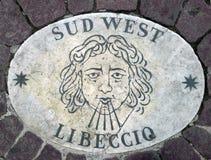 Sud西部南西部-象征风的方向的头 在一块大理石平板的一个古老图象在圣皮特圣徒・彼得在Th的` s正方形 库存图片