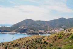 Sud de la France Paysage de la mer Méditerranée Petite ville au pied des montagnes photo stock