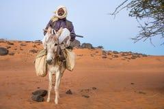 Sudański mężczyzna z jego osłem obrazy stock