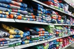 Sudaderas con capucha en la tienda Fotos de archivo