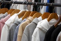 Sudaderas con capucha en las suspensiones en una tienda de ropa, primer imágenes de archivo libres de regalías
