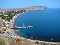 Sudak, Ucrania - 7 2013: Barcos amarrados en un embarcadero de la ciudad de Sudak en la península de Crimea foto de archivo libre de regalías