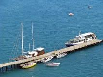Sudak, Ucrania - 7 2013: Barcos amarrados en un embarcadero de la ciudad de Sudak en la península de Crimea fotos de archivo libres de regalías