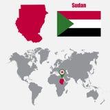 Sudan översikt på en världskarta med flagga- och översiktspekaren också vektor för coreldrawillustration royaltyfri illustrationer