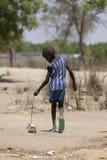 Sudanischer Junge mit selbst gemachtem Spielzeug Stockbild