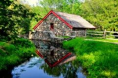 Sudbury, MA: Alte Steinmahlgut-Mühle Lizenzfreies Stockfoto