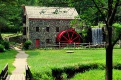 Sudbury, mA : Vieux moulin en pierre de blé à moudre Images libres de droits