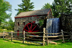 Sudbury, mA : Vieux moulin en pierre de blé à moudre Images stock